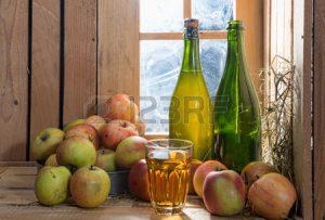 45613172-bouteilles-et-verre-de-cidre-avec-des-pommes